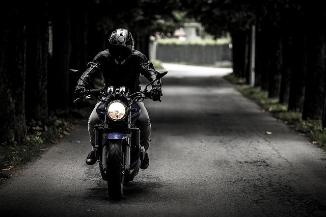 Motocyklista, jadący na sprzedać swoją maszynę do skupu motocykli w Gdyni