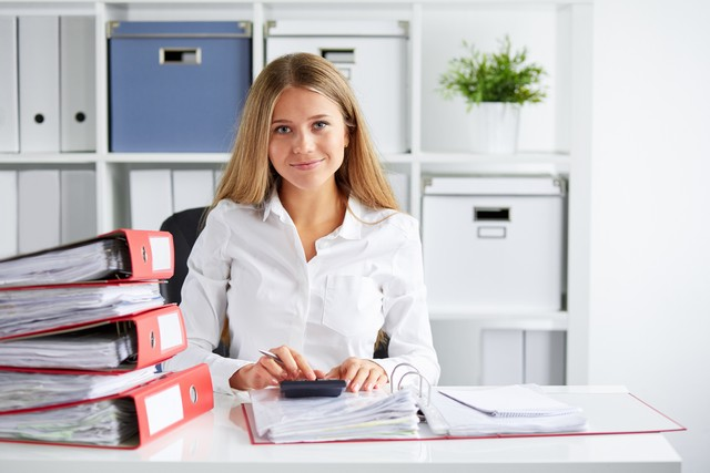 Pracownik biura rachunkowego B&N podczas pracy