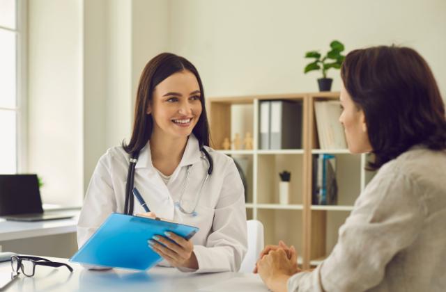 Konsultacja lekarska przed zabiegiem klejenia żył w Klinice Genesis
